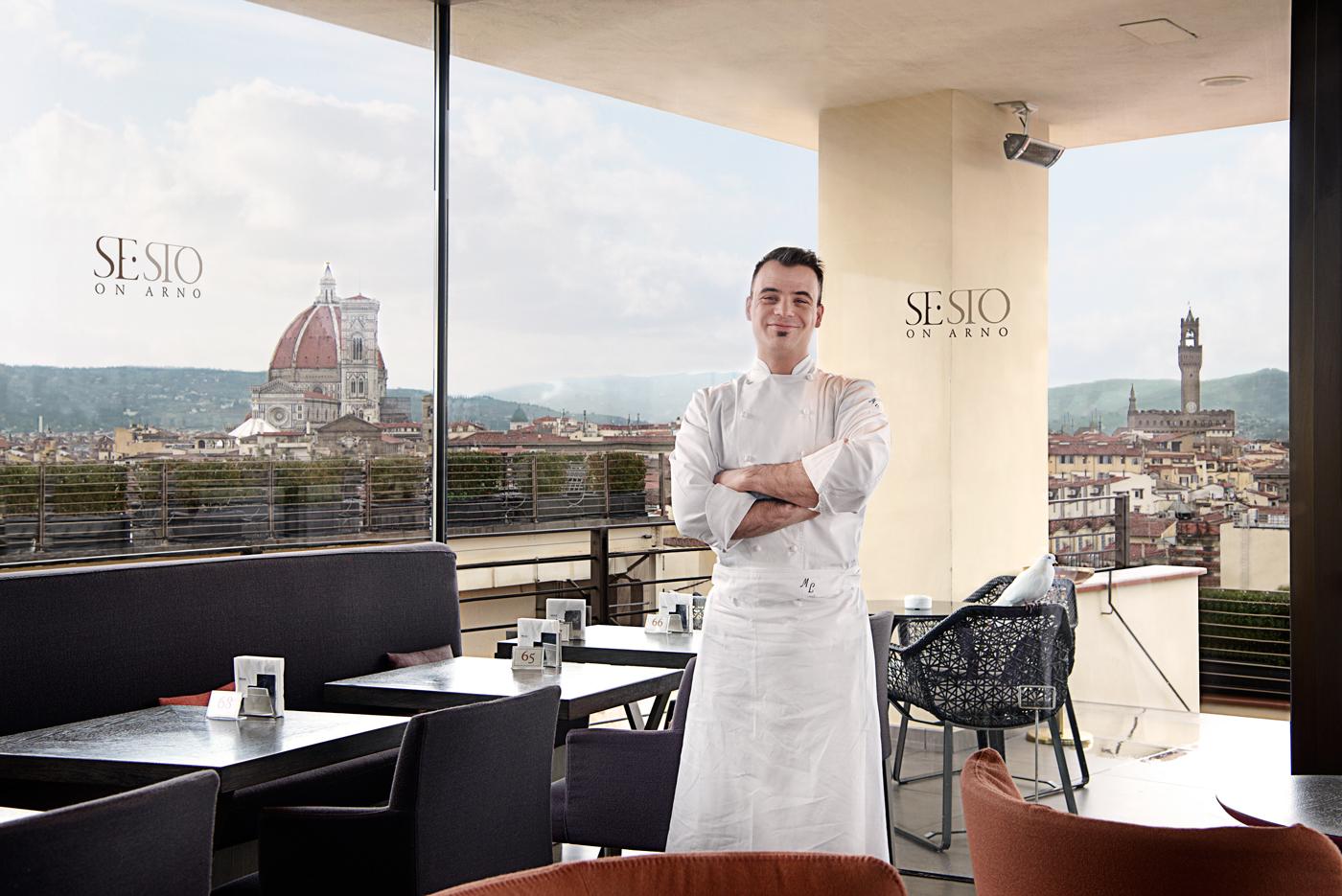 Lo chef Matteo Lorenzini sulla terrazza del Se•Sto